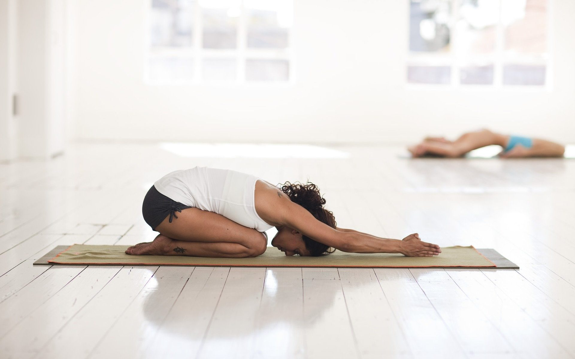 Frau beim Stretching / Yoga